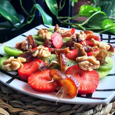 Fruta troceada con dátil y nueces