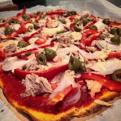 Pizza de atún con masa de garbanzos