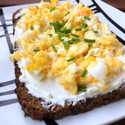 Tostada de queso crema y huevo revuelto